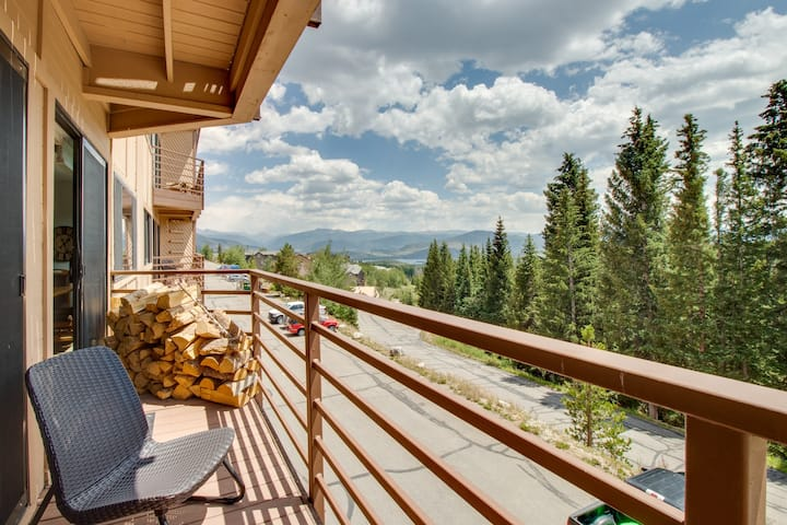Updated condo with shared pool, hot tub & sauna plus free bus to skiing