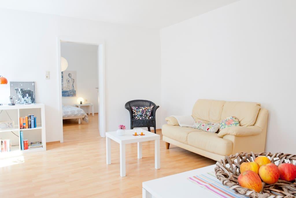 Wohnzimmer mit Blick ins Schlafzimmer