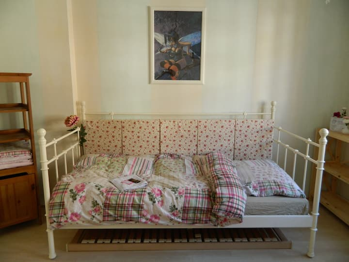 Zimmer in liebevoll eingerichteter Altbauwohnung