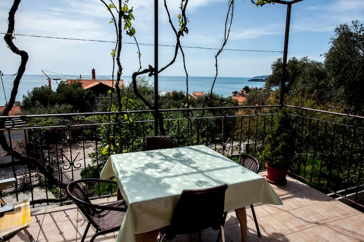 Quaint apt with sea view (for 2-3) - Sveti Stefan - Appartamento