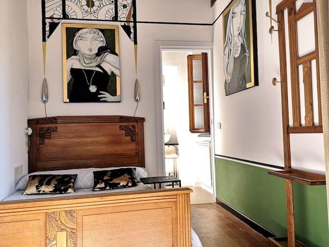 Camera Art Déco, primo piano, media grandezza, letto matrimoniale 140x190, bagno privato moderno. Questa camera può ospitare solo 2 adulti. La camera Art Déco e Liberty hanno un accesso comune tramite scala.