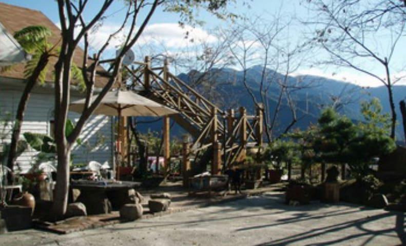 清境好家寨日式親子房適合二大一小是個雙人大床民宿是小木屋設計風格 - TW - Houten huisje