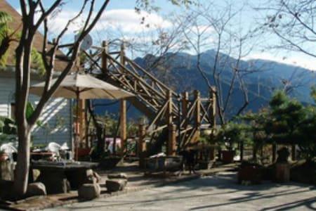 清境好家寨日式親子房適合二大人一小孩是個雙人大床民宿是小木屋設計風格 - TW - 小木屋