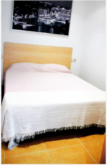 Habitación doble.  Habitació doble. Double bedroom.