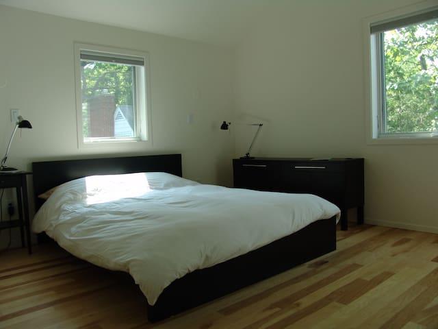 Queen size bed with a medium/firm foam matress