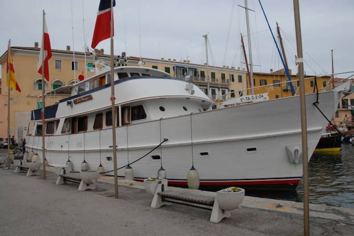 Yacht double bed private room   Isola Sacra   Boat. Top 20 Rome Boat  Yacht and Houseboat Rentals   Airbnb Rome  Lazio