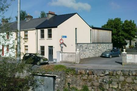 Architecturally re-designed, well decorated, clean end of terrace home, on a quiet street in city centre Galway. Walking distance to everything the city has to offer, parking outside the door. Relaxed host and a fun and friendly environment.
