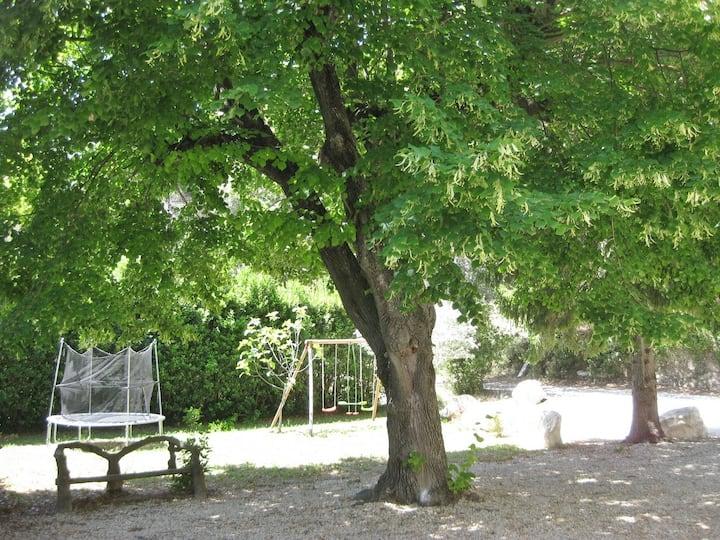 Gîte en campagne Provençale avec terrasse ombragée