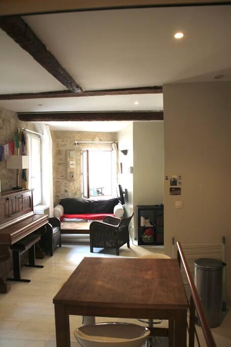 Salon spacieux avec piano