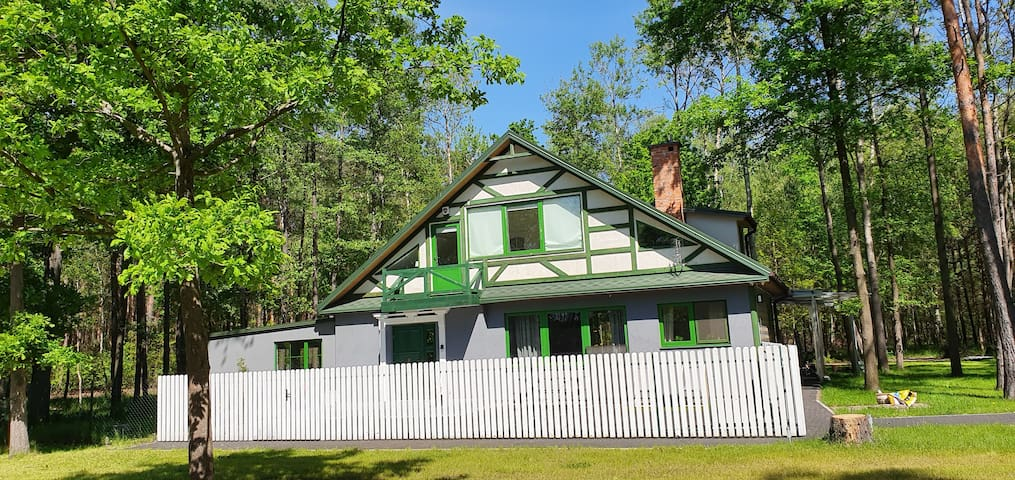 Dom 2 w lesie z basenem na odpoczynek lub impreze