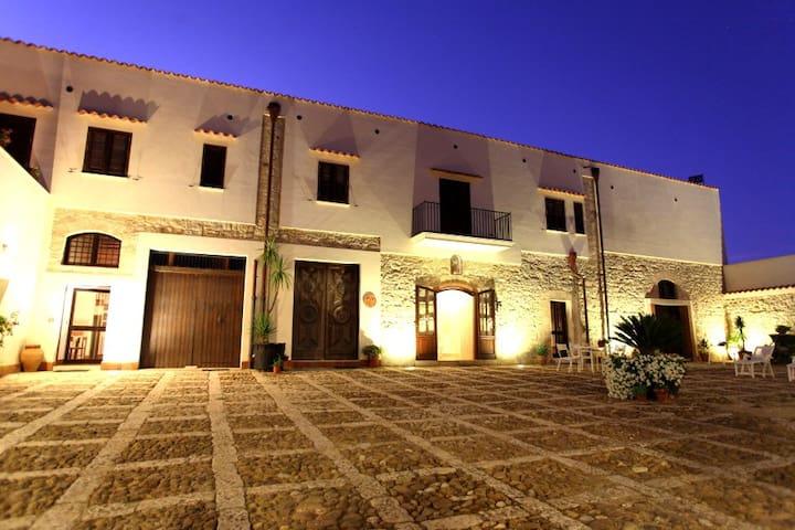AL043 App. in antico casale 5 posti - Alcamo - Apartament