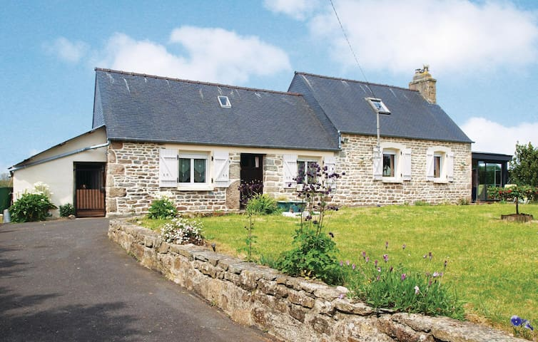 Holiday cottage with 2 bedrooms on 85 m² in Ploumilliau