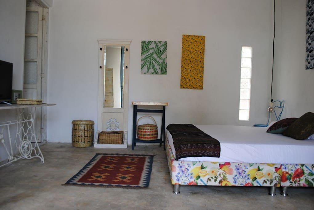 Tenemos 5 habitaciones independientes con baño privado,aire acondicionado, televisión, wifi, hamaca, nevera y caja fuerte.
