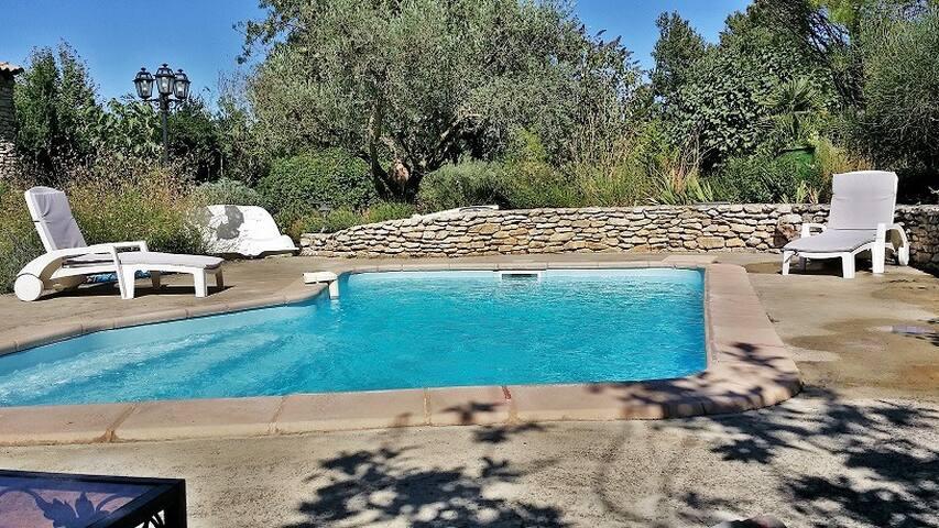 CHAMBRES 4 à 6 pers, piscine, cuisine d'été. - Eyragues - Villa
