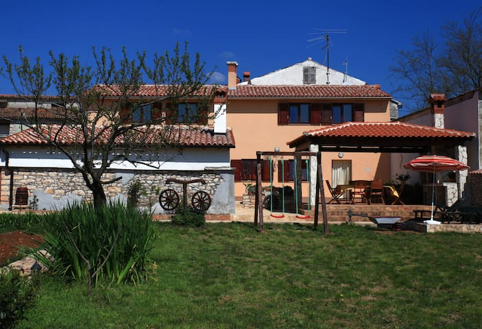 Holiday house for 10 | from 9€/bed - Pula - Hus