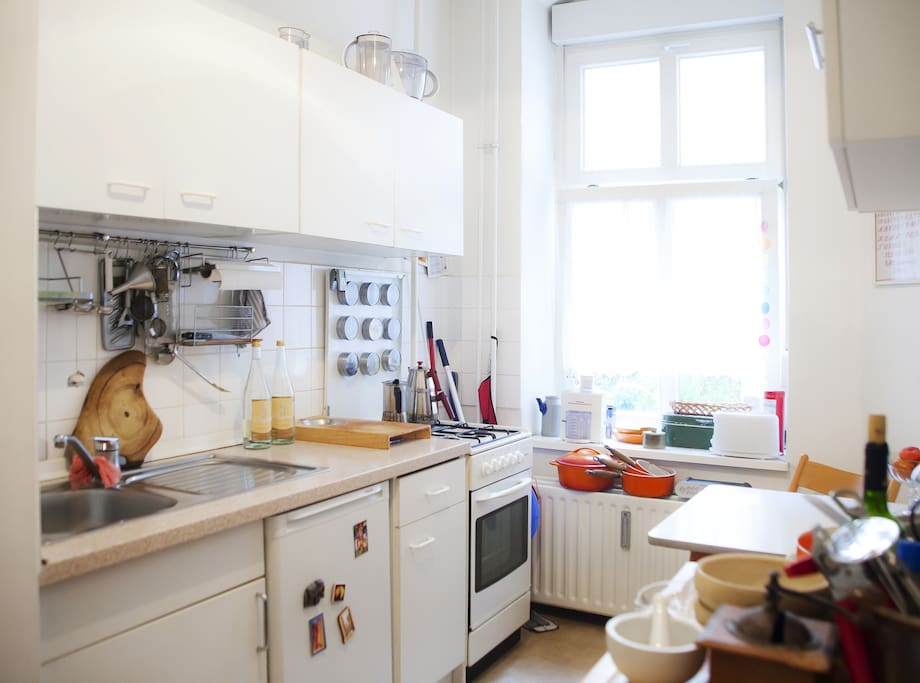 Fully furnished kitchen with fridge, gas stove, some basic ingredients and spices as well as everything else a hobby cook needs (apart from a dishwashing machine)