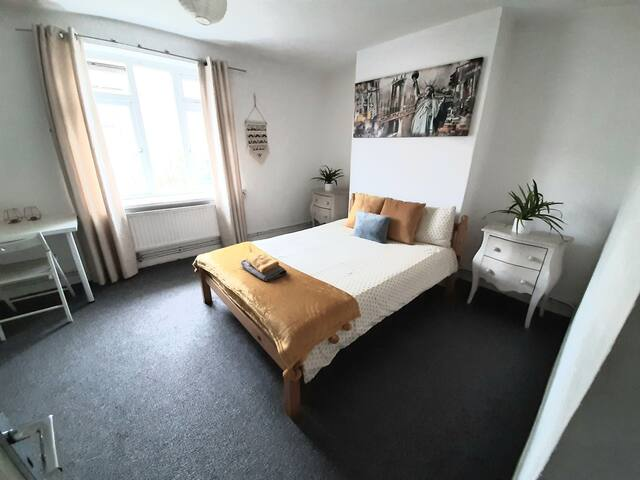 Cosy double room near Bromley-By-Bow London, Metro