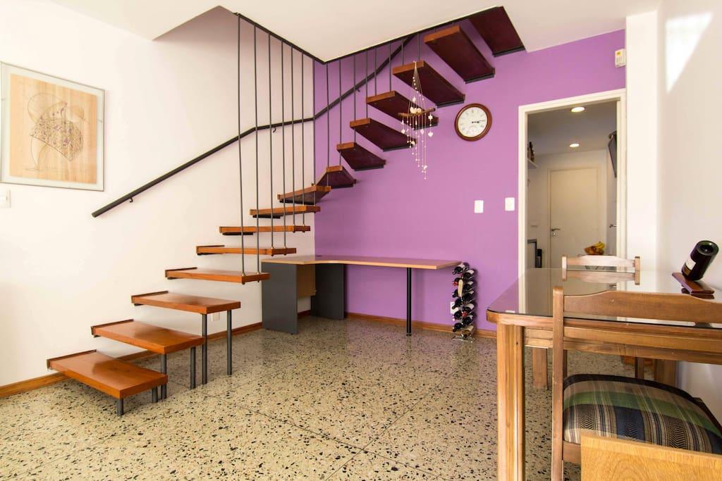 Escalero del living que lleva a los dormitorios