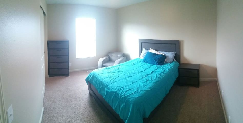 Queen Bed+1000 ft² common spaces+Office #2
