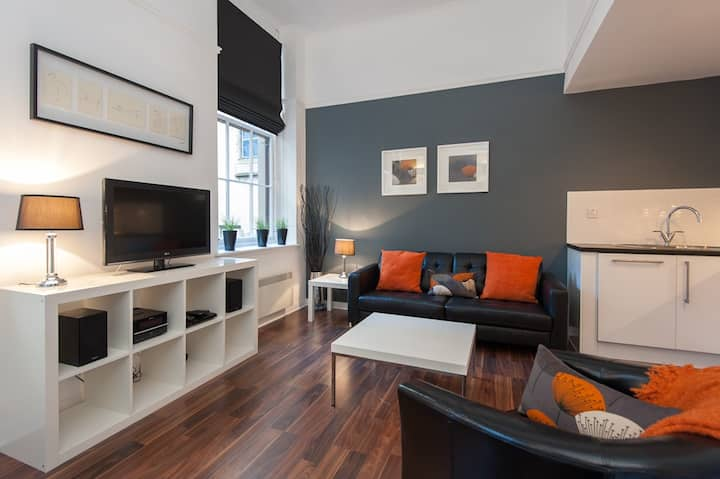 Chic City Centre Apartment just off George Square