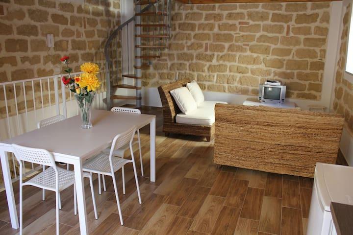 Casetta indipendente in tufo giallo - Termini Imerese - House