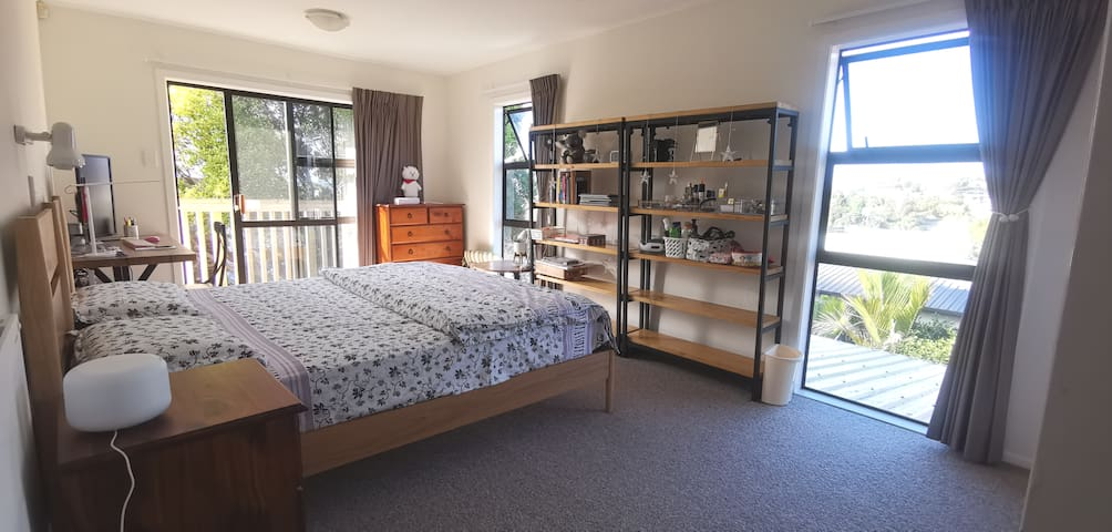Convenient and Spacious room with private access