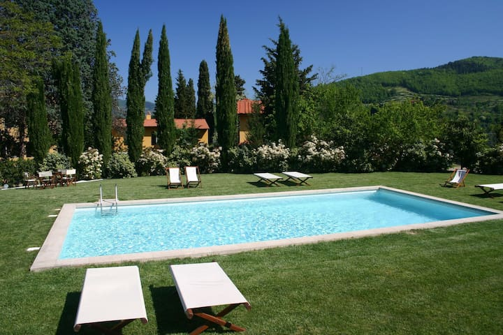 Charming villa with private garden and swimming pool, in a green environment