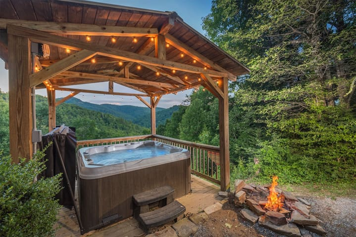 Gorgeous Mountain Cabin with Hot tub and Fireplace