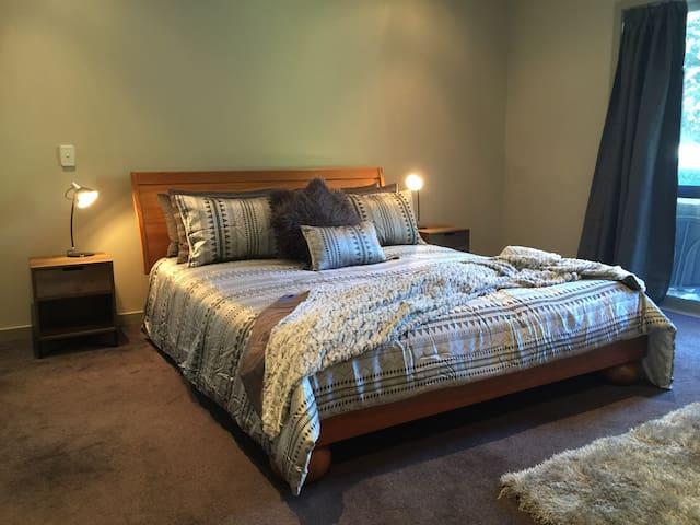 Spacious apartment in popular Acacia Bay Taupo