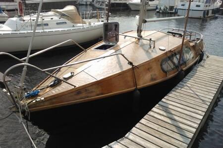 Citynahe Vintage-Holzyacht mit drei Kojen - Berlín - Vaixell