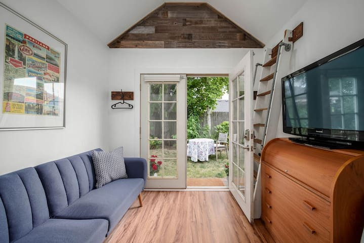 Experience Tiny House Living* Beautiful Studio*