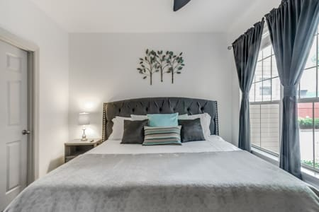 Midtown Gem ★ King👑Bed ★ Smart TVs ★ Free Parking🚘