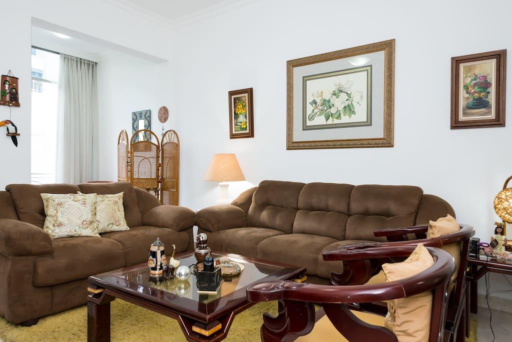 Sala de estar ampla com TV digital 42 polegadas