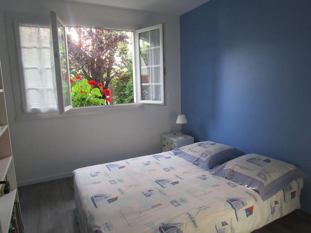 chambre sdb dans villa proche stade, tram aeroport - Meyzieu - Bed & Breakfast