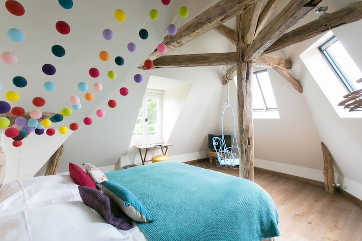 Chambre calme et design à la ferme.