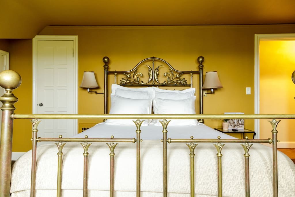 Queen-size bed, Namibia Room