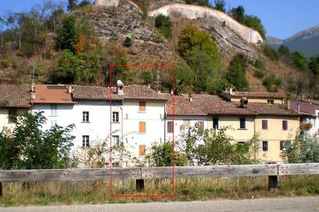 Casa su tre piani con vista fiume - Cantiano