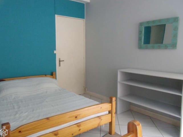 Chambre propre et lumineuse dans agréable maison - Sainte-Clotilde