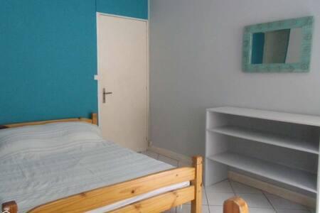 Chambre propre et lumineuse dans agréable maison - Sainte-Clotilde - House