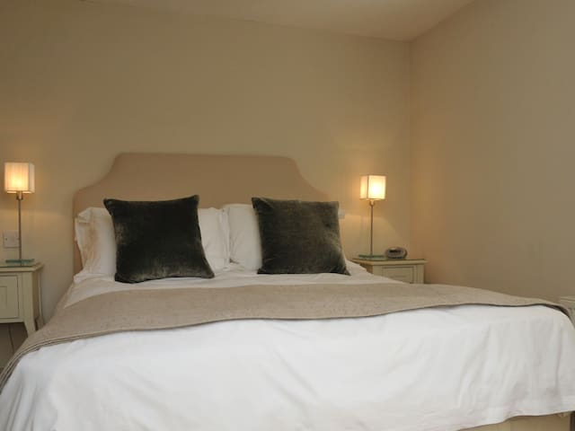 Kingsize bed with views to the garden