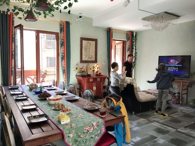 客厅空间是共享区域,您可以在这里共享美食,品尝美食,和房客聊天