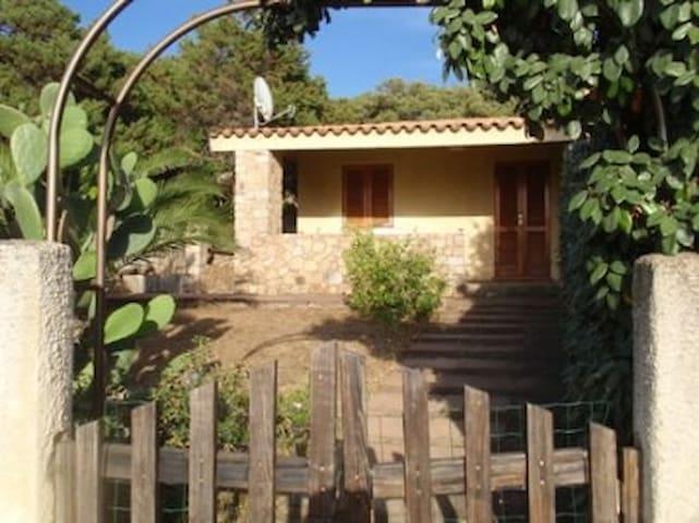 Casa con giardino a 1 km dal mare - Rena Majore - Hus