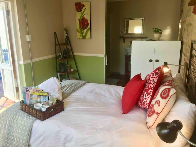 Stylish, open-plan bedroom / bathroom
