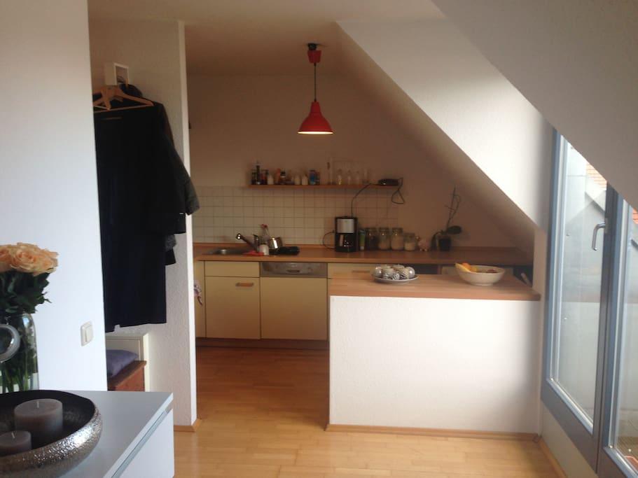 Küche und Zugang zum Balkon rechts