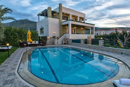 Luxurious Pool Villa Mystic, 4 Bedrooms Ensuite - Roussospiti - 別荘