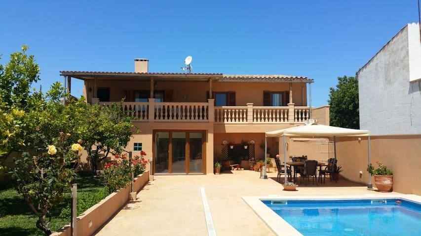 Casa Toñi con piscina en la playa - S'Illot - House