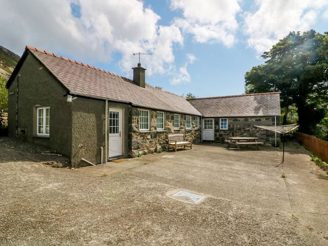 PENLON COTTAGE, pet friendly, with a garden in Trefor, Ref 967905
