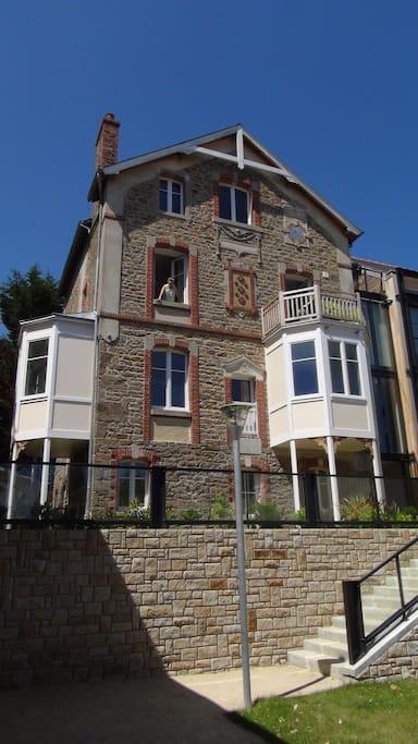 C'est l'appartement du second étage avec le balcon !