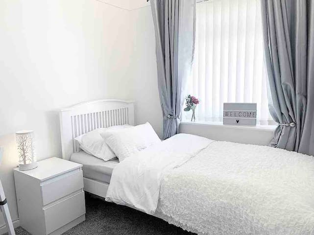 Modern comfortable single room close to Liverpool