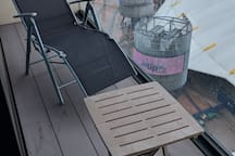 Relax on the balcony with two reclining chairs. Perhaps you can see some superstars down there in the O2!